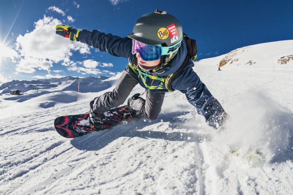 Dekorativ bild - Snowboardåkare som åker nedförs.