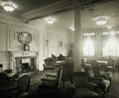 Dekorativ bild av Titanics läs- och skrivrum avsett för passagerare i första klass.